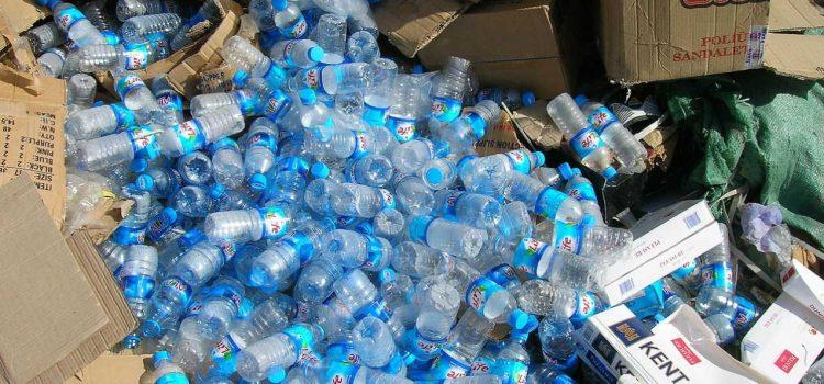 L'acqua in bottiglia fa male?